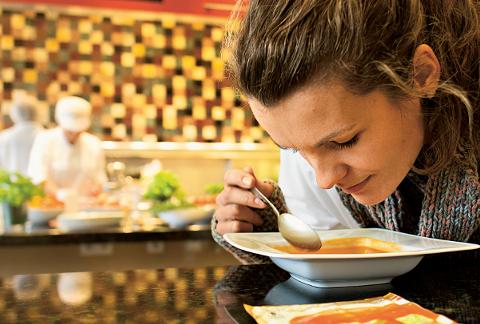 Frau riecht an Suppe
