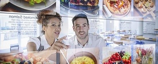 Zwei Menschen schauen Essen an